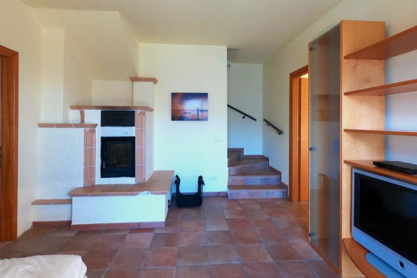 Stanza con divano letto e scale interne - Casa Bella