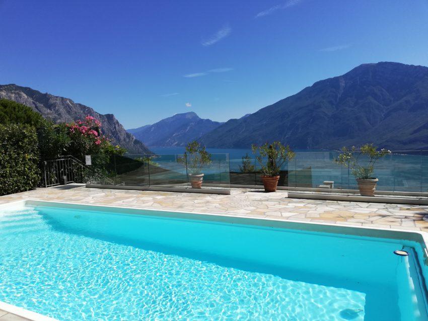 Pool mit Blick auf den See