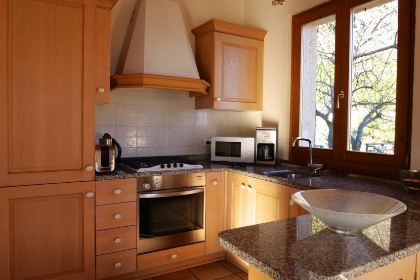 Cucina con lavastoviglie e forno -Casa Bella