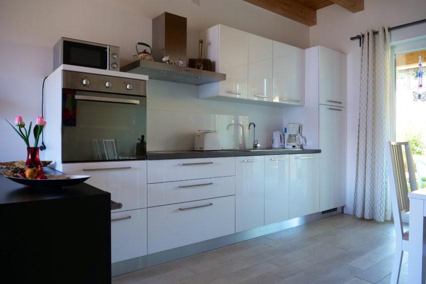 cucina con lavastoviglie e forno