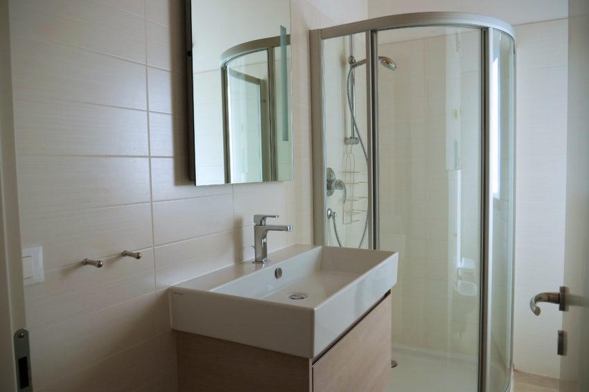 Bagno finestrato con doccia - Casa Nr. 1