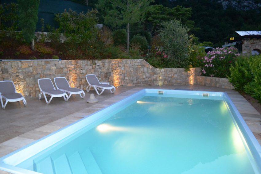 Pool mit Sonnenliegen des Casa Maddalena