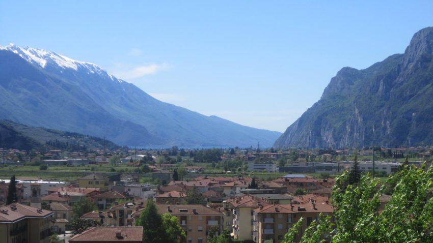 Blick über Arco und Riva zum Gardasee