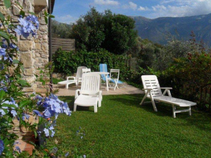 Garten mit Sonnenliegen Casa Roland