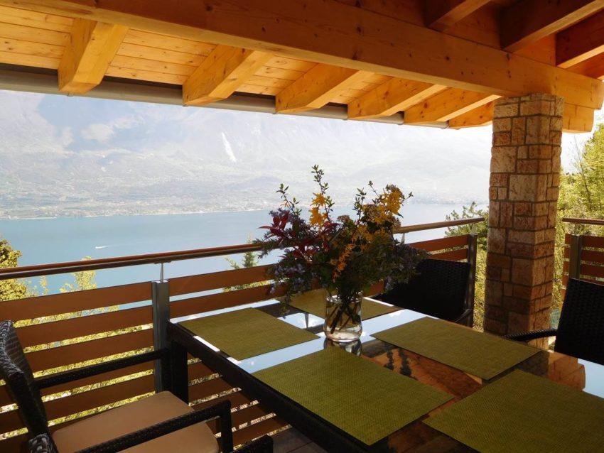 Überdachte Terrasse mit Seeblick