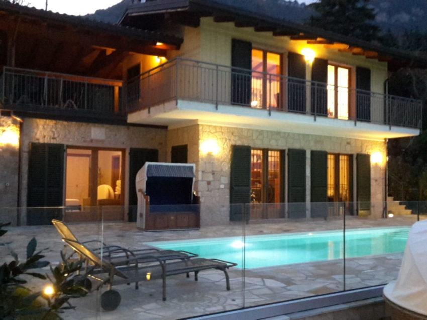 Vista da esterno con piscina - Casa Bella