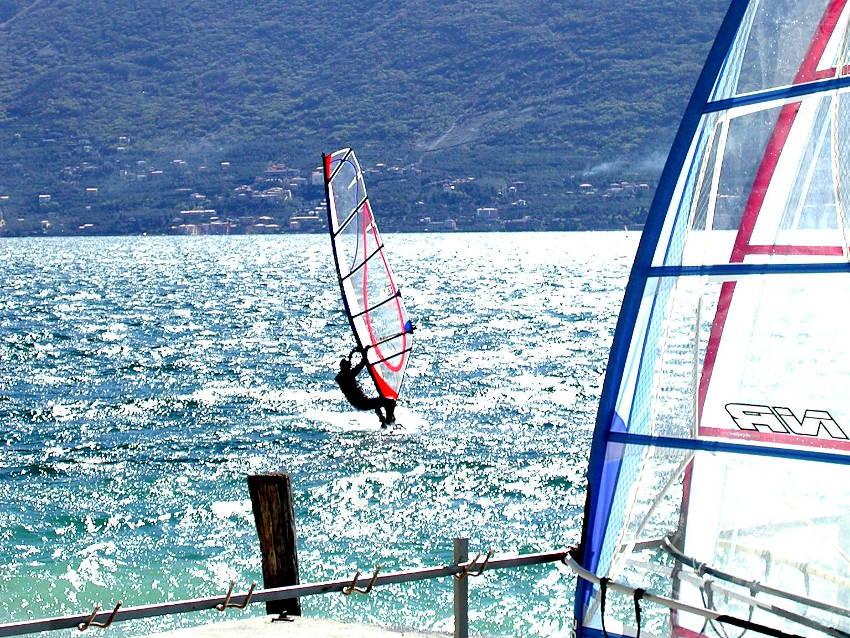 Surfer in Torbole am Gardasee